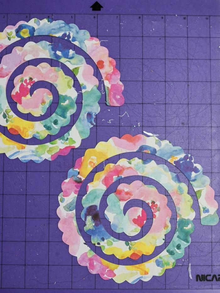 manualidades con cartulina con tutoriales, flores decorativas coloridas para hacer a mano paso a paso