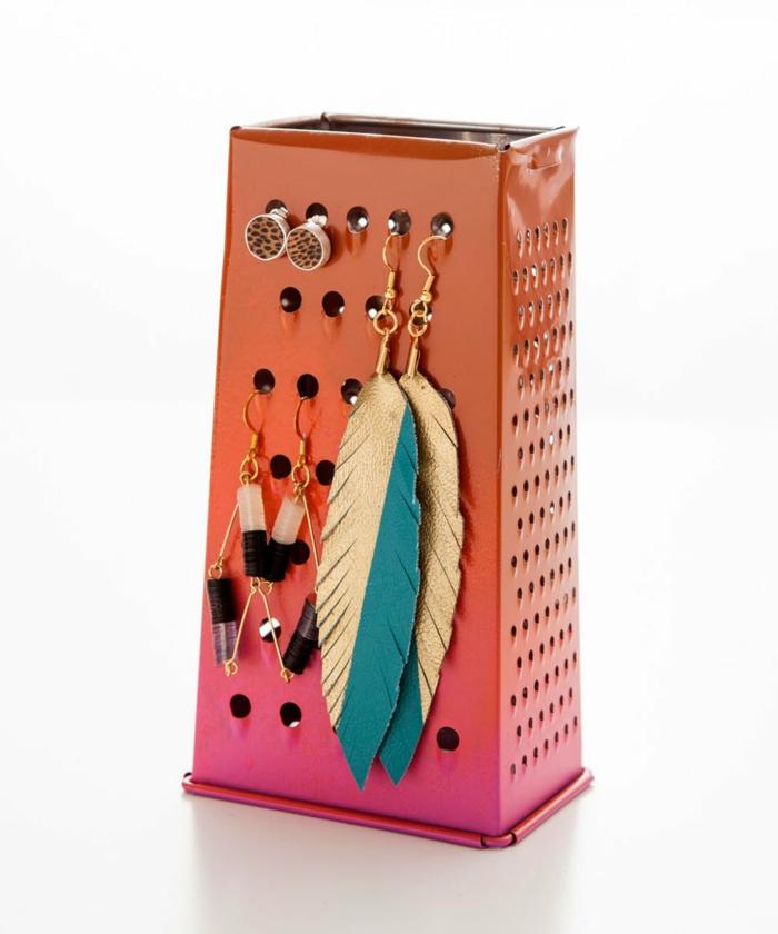 decoracion con reciclaje paso a paso, cepilladora pintada en color naranja y rosado, idea para guardar pendientes