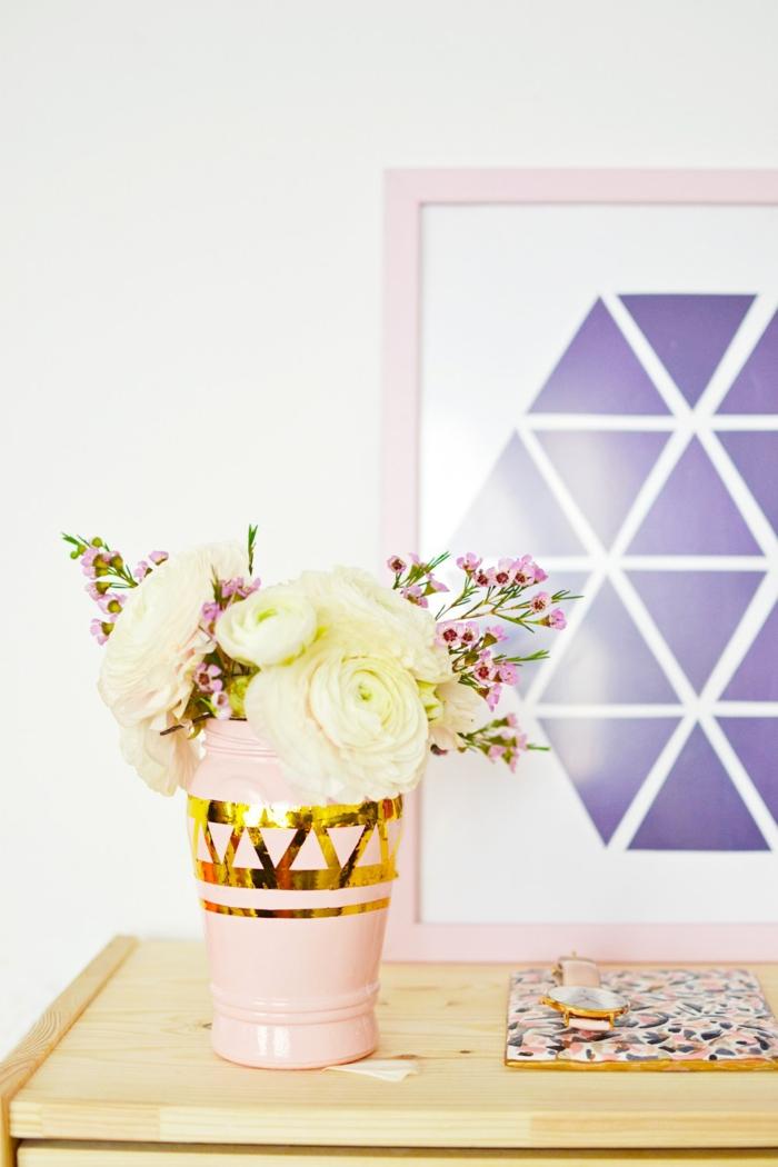 ideas bonitas de manualidades con reciclaje para decorar la casa, bonito jarrón DIY en rosado