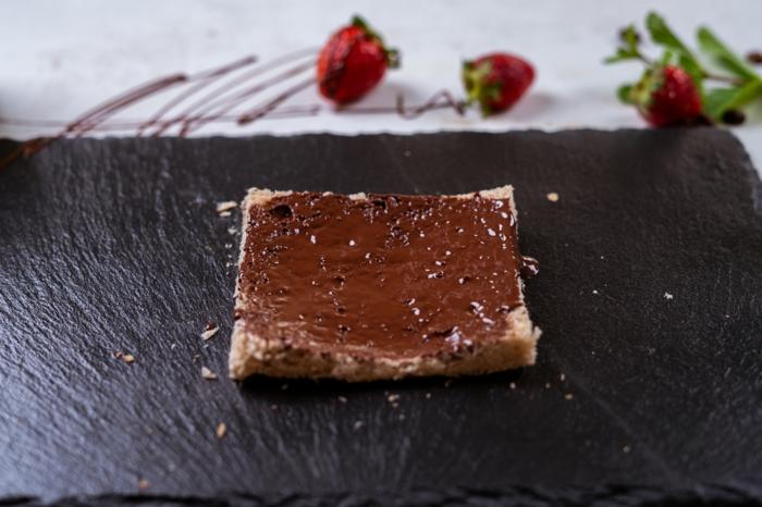 tostada integral untada con crema de chocolate, fotos de postres caseros ricos y fáciles de hacer, postres faciles y rapidos