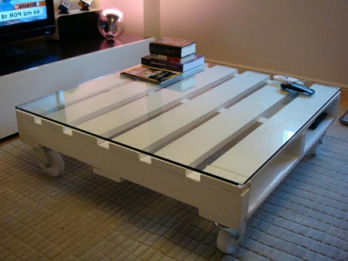 pequeña mesa de medio palet en blanco con ruedas y con vidrio encima, como hacer una mesa