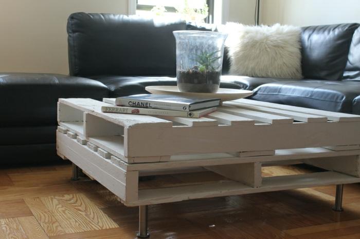 mesa de dos palets pintados en blanco, puesto en diferentes direcciones, con patas metálicas, como hacer una mesa