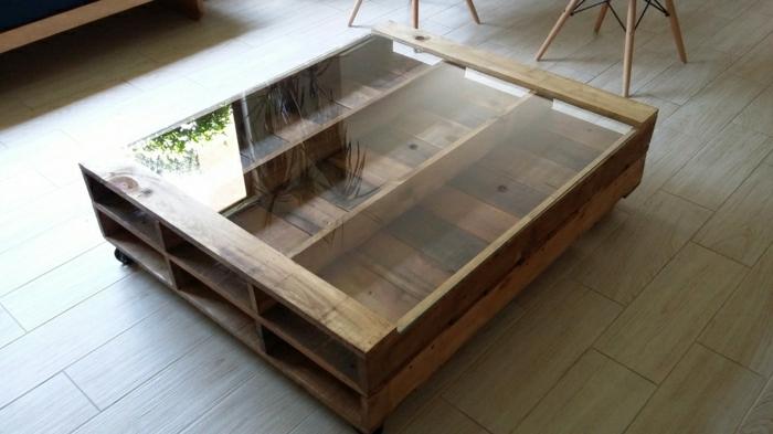 como hacer una mesa con palets para el salón de casa, con vidrio encima y con ruedas sin pintas, solamente con laca