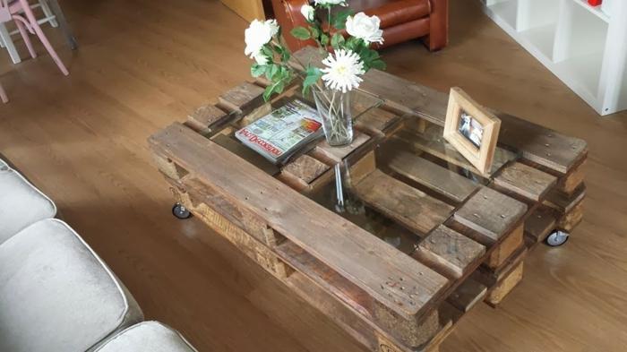 mesa de dos palets con espacio para vidrio encima y con jarrón para flores, como hacer una mesa