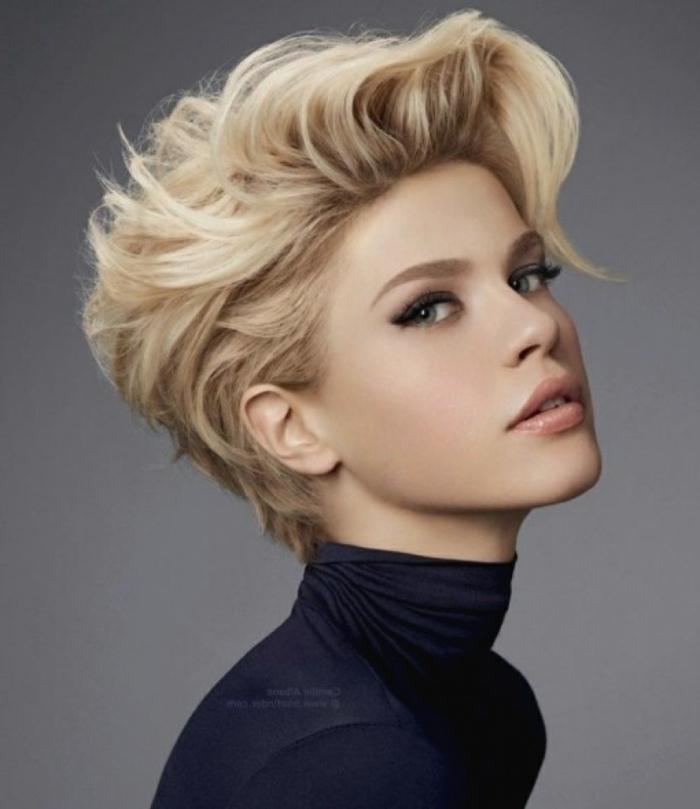 como peinar pelo corto, mujer rubia con peinado estilo pixie con parte superior muy ondulada y echada ligeramente hacia un lado