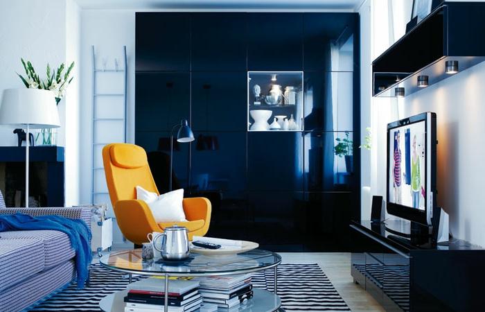 decoracion salon pequeño, sala con sillon amarillo mostaza y sofa de rayas en azul y blanco