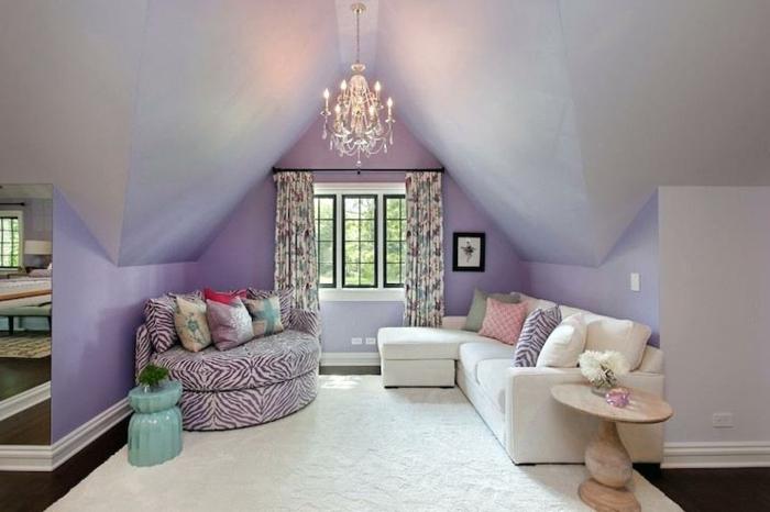 decoración salon moderno con sofa blanco con cojines multicolor y sofa de rayas en lila y blanco