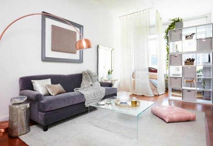decoración salon moderno con sofa de terciopelo en color lila y cojin en rosa pastel y mesa de vidrio