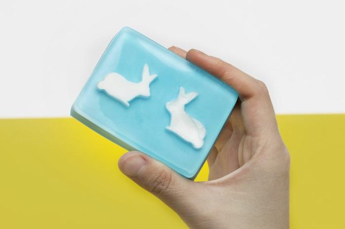 ideas originales y coloridas sobre como se hace el jabon casero, jabón DIY con dibujos de animalitos