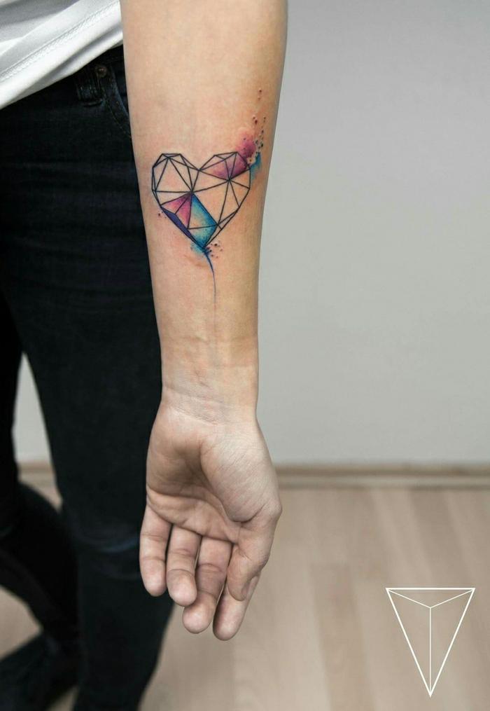 precioso tatuaje mujer en el antebrazo, diseño geométrico, dibujo de corazón en acuarela