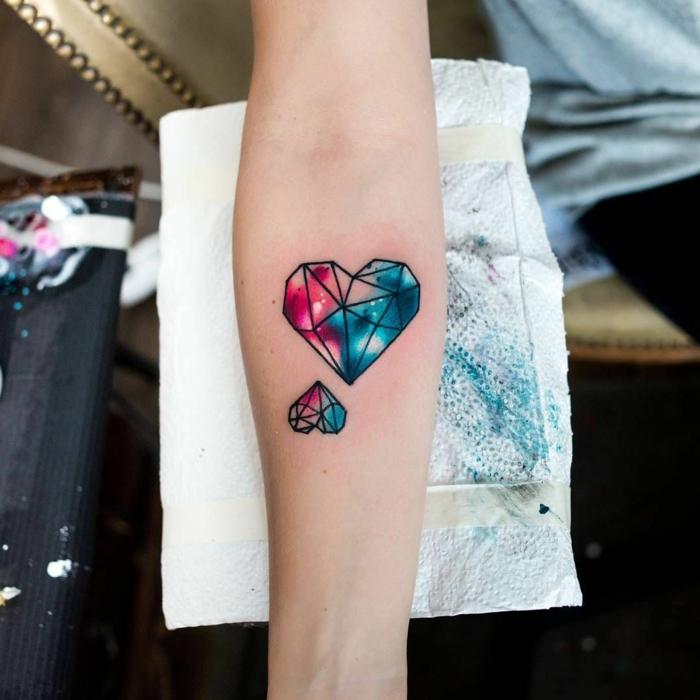 dibujos originales tatuados en el brazo, tatuajes de triangulos bonitos, tatuaje corazón