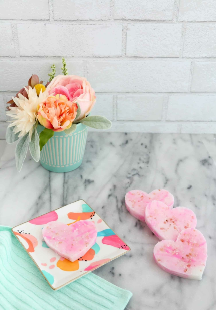 jabones pequeños decorativos con lavanda, como hacer jabones artesanales en forma de corazón