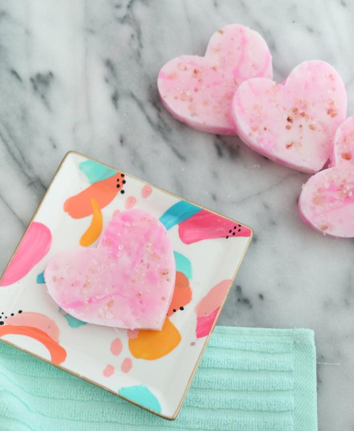 como hacer jabones artesanales con esencias naturales, pequeños jabones en forma de corazón con lavanda