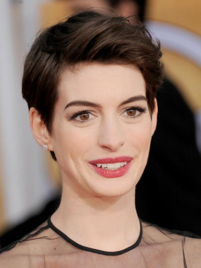 corte de pelo 2018 mujer, Anne Hathaway con peinado al estilo bob con vestido negro de transparencia actual para temporada otño-invierno 2018