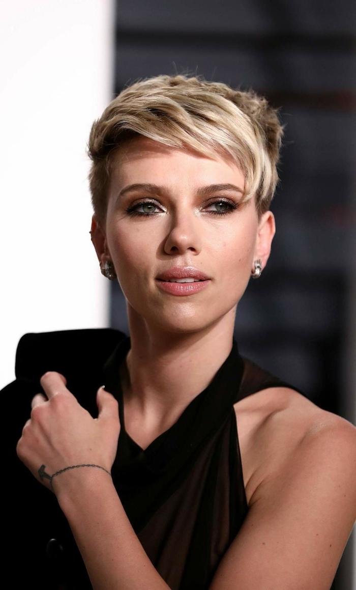 cortes de pelo 2018 mujer, Scarlett Johansson, rubia con corte de pelo al estilo bob, corte de chico y vestido negro con un hombro al descubierto