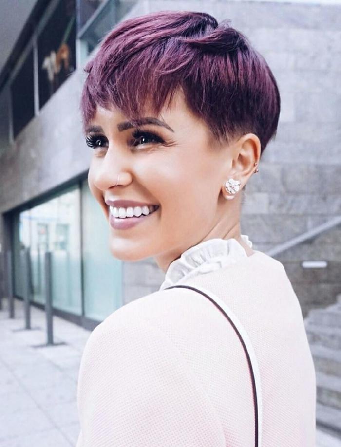 cortes de pelo 2018 mujer, chica con pelo con corte el bob de color lila oscuro y maquillaje suave con pintalavbios lila clarito