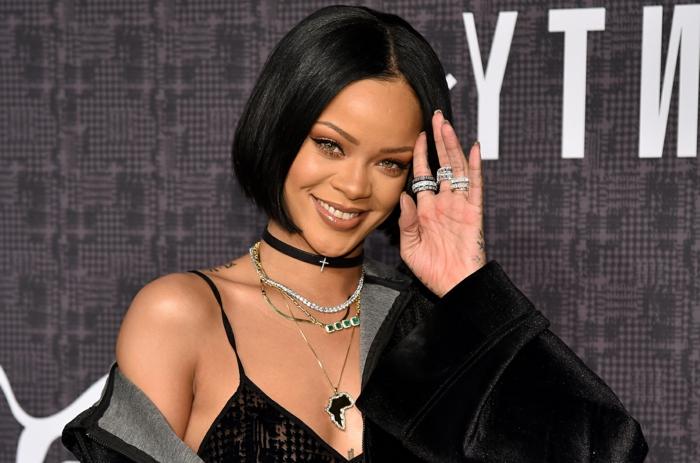 cortes de pelo actuales de mujer, Rihanna con peinado al estilo el bob, sin flequillo, tendencia actual del año 2018