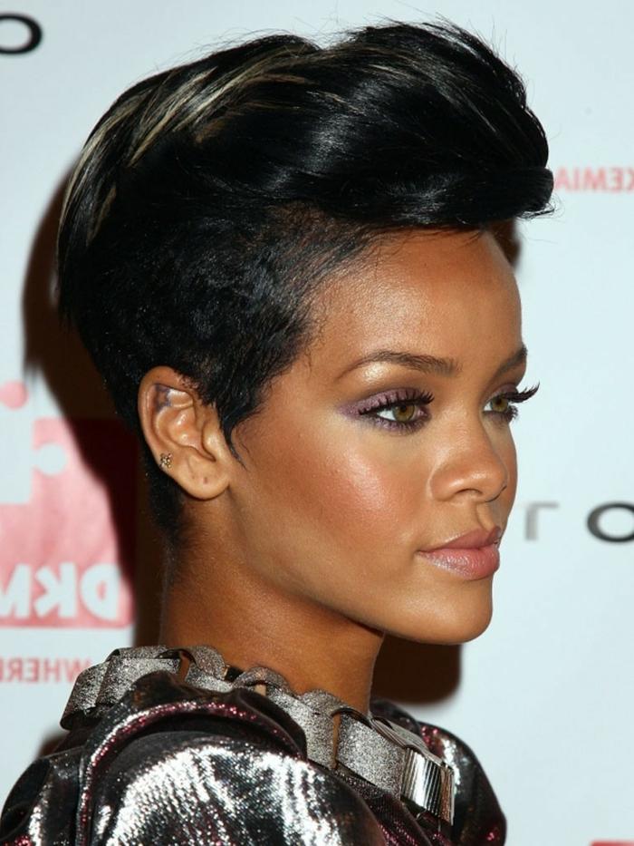 cortes de pelo actuales de mujer, Rihanna con corte de cabello al estilo pixie negro con mechas pequeñas rubias