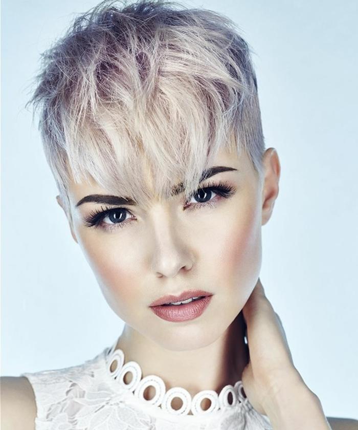 cortes de pelo actuales de mujer, estilo el picie, corte de chico con flequillo largo encolor perla y con mecha en lila clarito