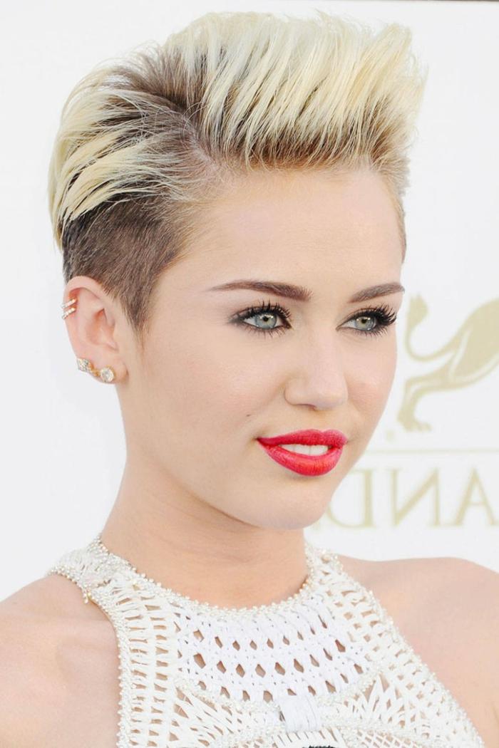 cortes de pelo chica, Miley Cyrus con peinado el bob con mechas rubias y flequillo peinado hacia atras, lleva tambien labial rojo furte