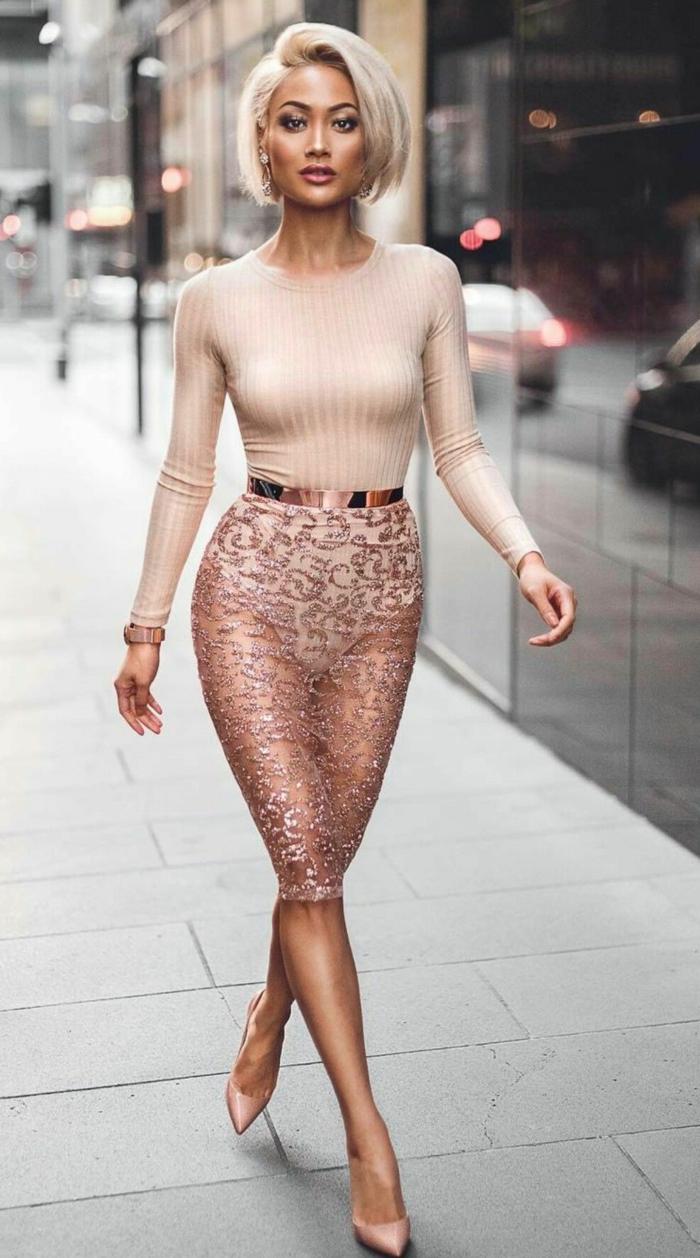 cortes de pelo chica, con peinado el bob en color perla, actual del año 2018, echado hacia un lado, modelo con vestido rosa claro con encaje