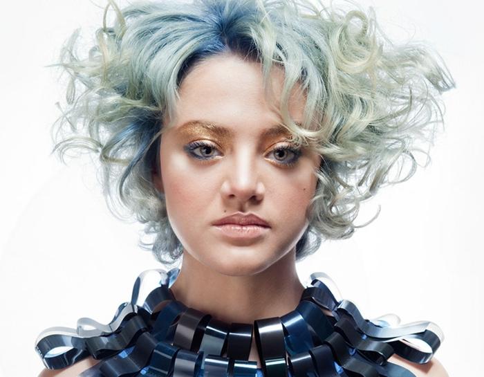 cortes de pelo chica, modelo con corte de pelo geometrico riazzdo y con mechas en color rubio y azul, actuales para temporada otoño-invierno 2018