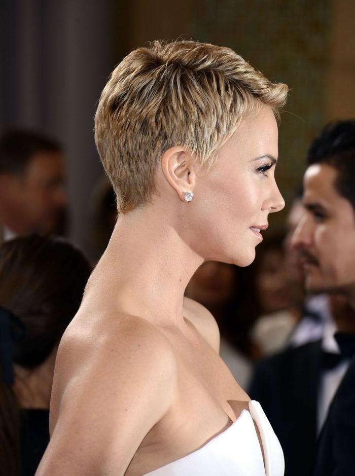 cortes de pelo chica, modelo rubia con corte de pelo el pixie o corte de chico, vestida con vestido blanco sin hombros, tipo bustier