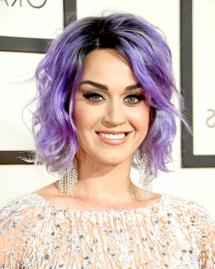 cortes de pelo corto rizado, Katy Perry con corte de pelo de melena midi sin flequillo y con tinte de pelo en color lila claro y oscuro combinados