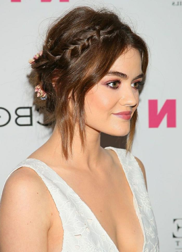 cortes de pelo corto rizado, modelo con peinado de pelo corto con trenca en un lado de la cabeza, ondulaciones y flores de decoracion en el pelo
