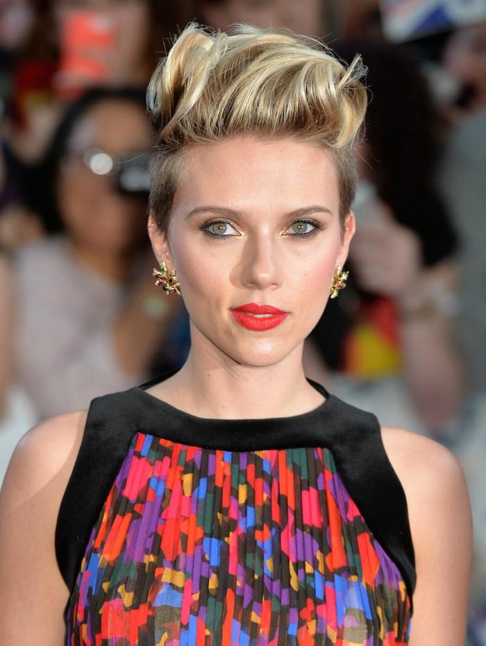 cortes de pelo corto rizado, Scarlett Johansson con el corte de pelo al estilo bob con mechas rubias y flequillo hacia atrás