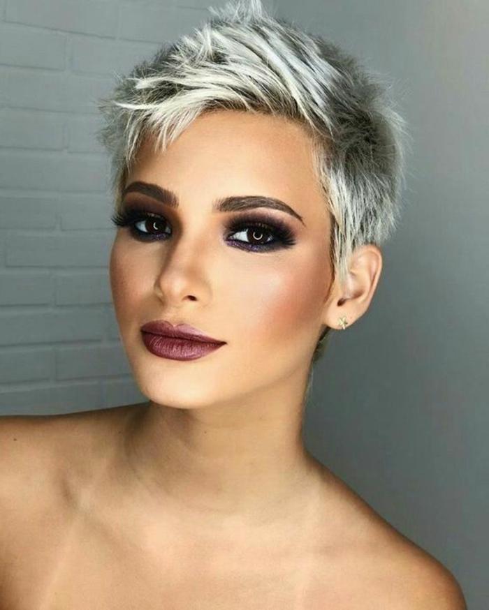 cortes de pelo segun rostro, modelo con peinado el pixie, con mechas en color perla y maquillaje fuerte en los ojos y labios