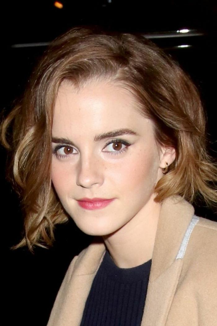 cortes de pelo de moda, Emma Wtson con melena midi sin flequillo y con ondulaciones en color castaño claro