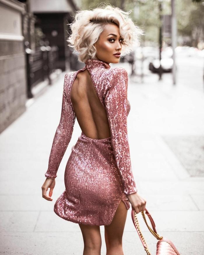 cortes de pelo de moda, modelo rubia con corte de melena midi sin flequillo y con vestido rosa con espalda al descubierto