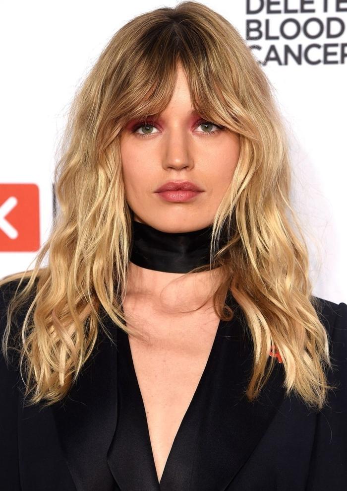 top tendencias en cortes de pelo media melena, cabello rubio cortado en capas con flequillo separado