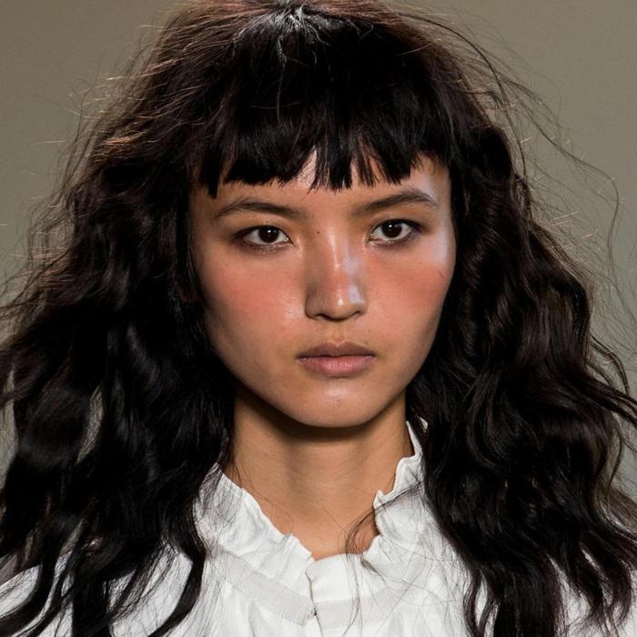 últimas tendencias flequillo 2018, cabello negro rizado con flequillo asimétrico, melena 2018
