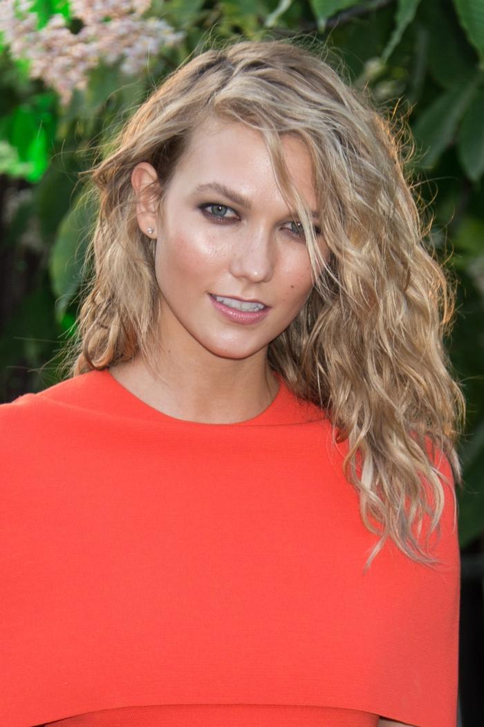 cabello media longitud corte pelo media melena, preciosas ondas, pelo rubio con mechas peinado a un lado
