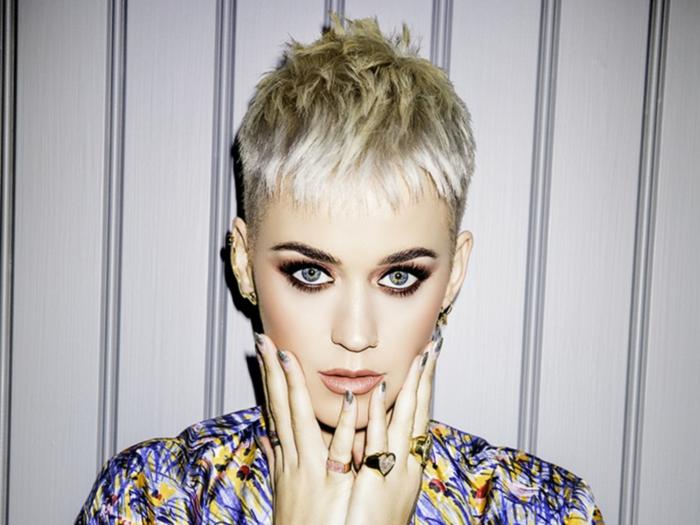 cortes de pelo mujer cara alargada, Katy Perry rubia, con corte de pelo de chico, flequillo muy corto y fuerte maquillaje en los ojos