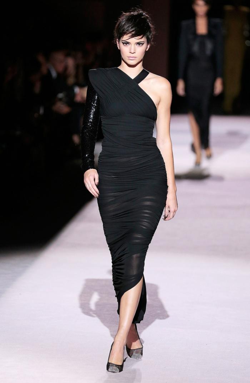 cortes de pelo mujer cara alargada, Kendall Jenner en la pasarela con vestido negro largo, con un hombro al descubiero y peinado el pixie