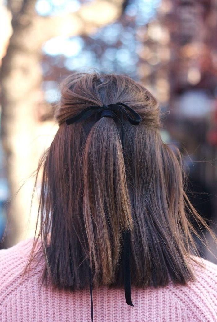 melena 2018, ideas de peinados para media melena, semirecogido con moño negro, cabello castaño con balayage