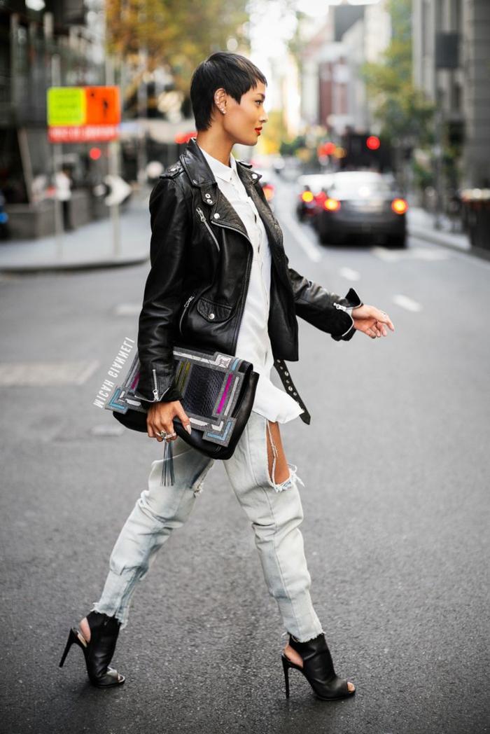 cortes de pelo mujer segun rostro, corte de chico de modelo vestida con chaqueta negra de cuero, jeans rotos y tacones sin talón