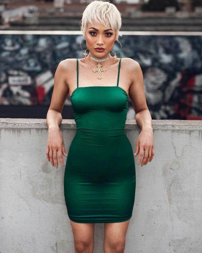 cortes de pelo para mujer, modelo con pelo de color perla y vestido verde oscuro con tirantes finos combinado con choker de color dorado con crucifijo grande