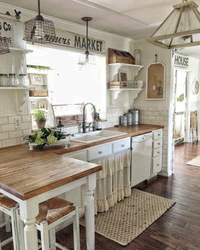 un lado de la cocina en colores blanco y marroncon alfombra pequeña, cocina americana pequeña