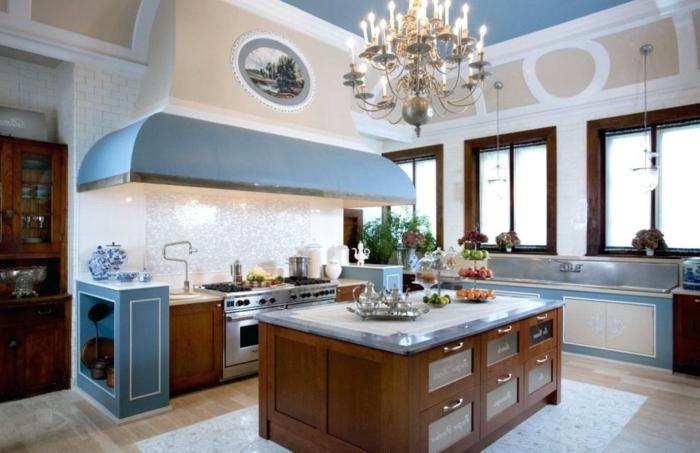 cocina de estilo antiguo con colores azules y beige y con isla y tres ventanas