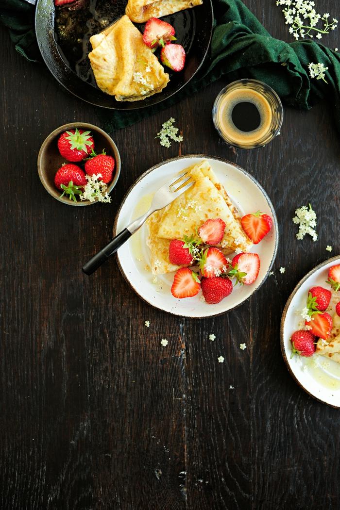 crepes con vainilla adornadas de fresas frescas, desayuno dieta ideas, pasos para conseguir una dieta sana