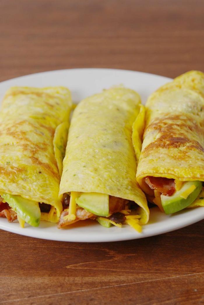 crepes con aguacate salados, ideas de desayunos con aguacate fáciles y rápidos, crepes con aguacate y tomates