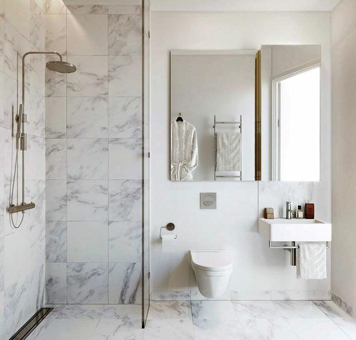 baño de diseño sencillo en blanco con cabina de ducha y azulejos marmol, cuartos de baño modernos 2018