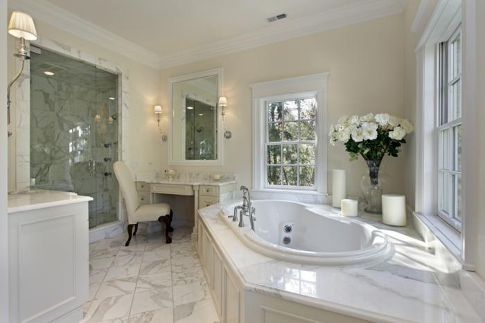 cuartos de baño modernos con toque clásico, bañera empotrada, decoración de flores blancas