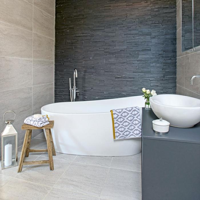 cuartos de baño pequeños tendencias en decoración 2018, diseño en beige, blanco y gris oscuro