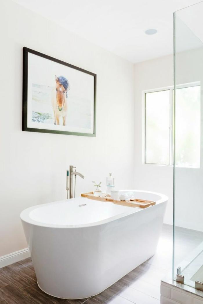 cuartos de baño pequeños modernos, bañera exenta moderna, decoración cuadro decorativo y suelo baldosas marrón
