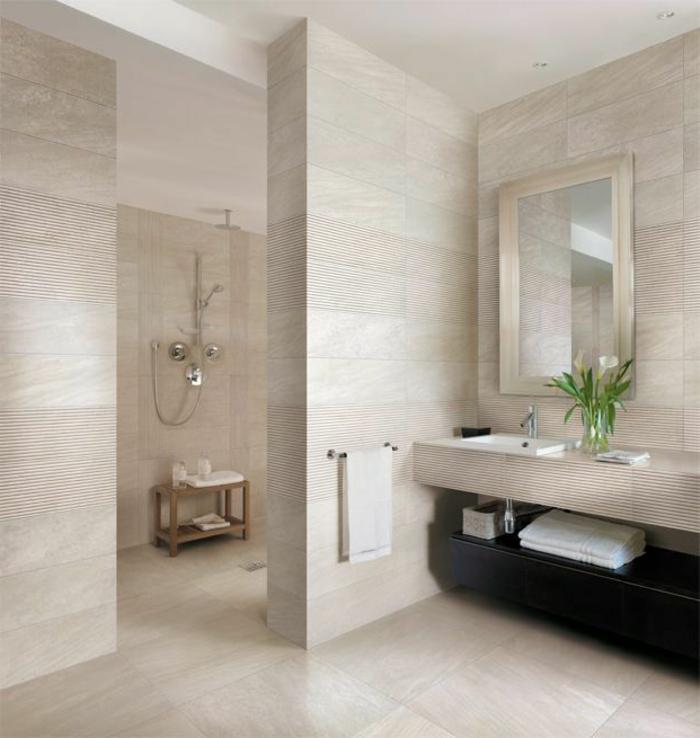 ejemplos de cuartos de baño pequeños decorados en beige, baldosas modernas en beige, grande espejo marco plateado